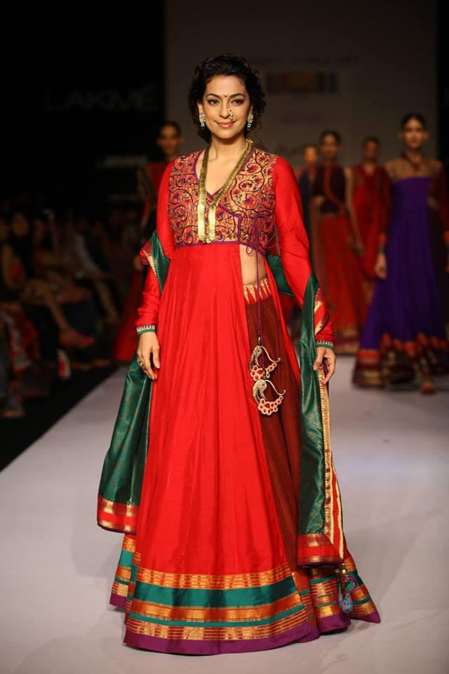 Gorgeous Juhi Chawla Walks On The Ramp For Shruti Sancheti At LFW 2013