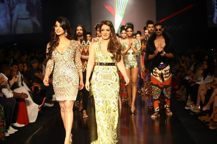 Bollywood Beauty Mahi Gill Made A Glamour Look At LFW 2013-Day 3 Show