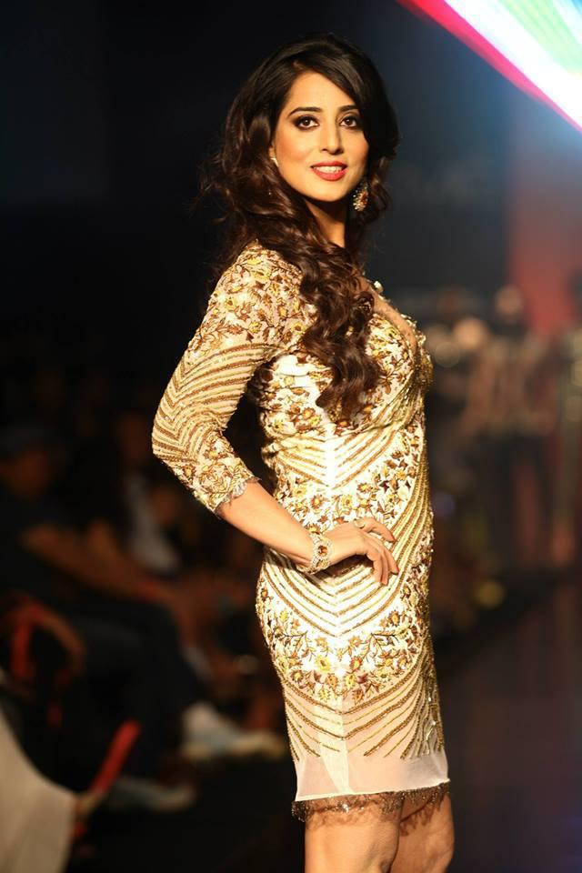 Mahi Gill Looking Very Stunning During LFW 2013 Day 3 Show