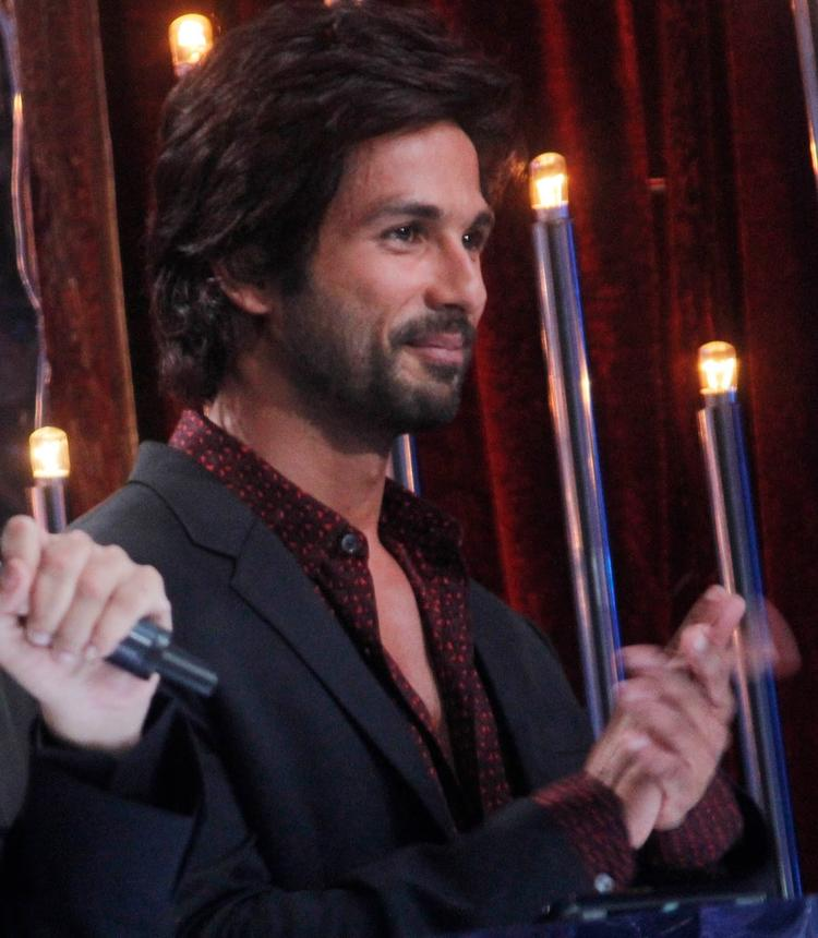 Shahid Kapoor Cute Smiling Look On The Sets Of Jhalak Dikhhla Ja 6 During The Promotion Of Phata Poster Nikla Hero