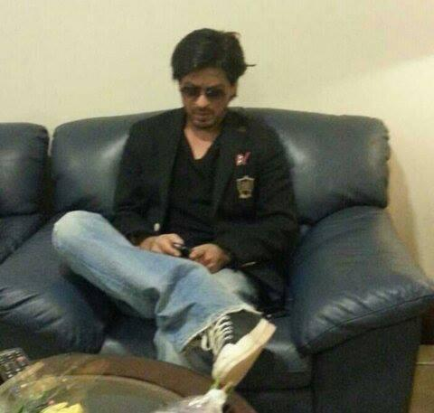 SRK Busy With Cell Phone At The Airport Enroute To Dubai