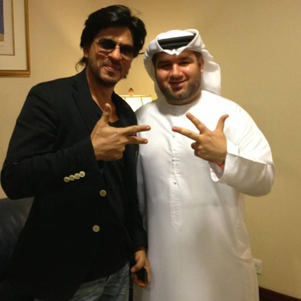 SRK Cool Posed At The Airport Enroute To Dubai