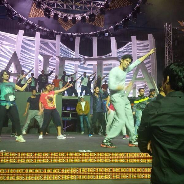 Sidharth Malhotra Posing In Disco Deewane Song At SAIFTA 2013 Rehearsals