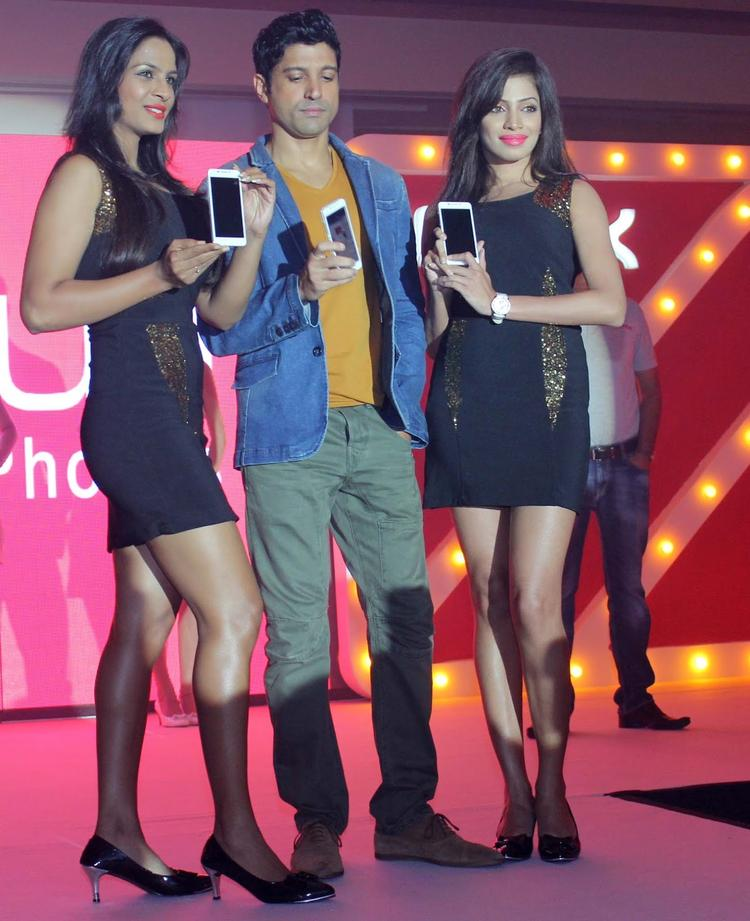 Farhan Akhtar Launches The Intex Aqua I7 Smartphone With Models