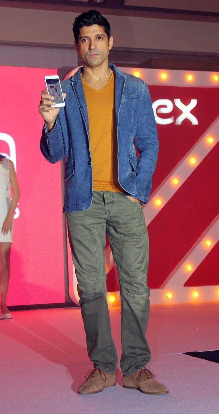 Farhan Akhtar Launches The New Intex Aqua I7 Smartphone