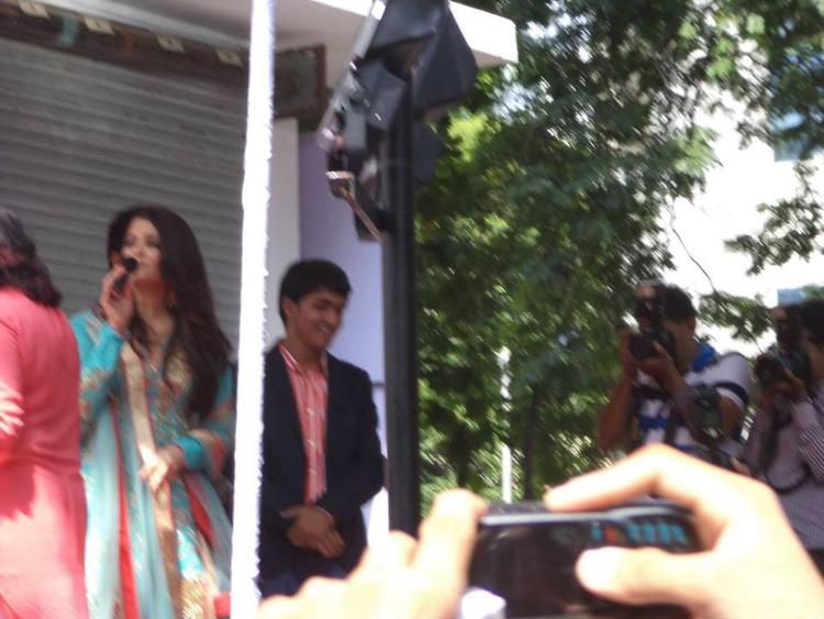 Aishwarya Rai Looking Nice In This Outfit At vThe Inauguration Of Kalyan Jewelers