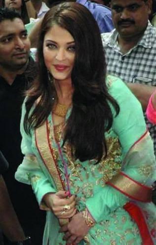 Aishwarya Rai Sweet Smile Pic During The Inauguration Of Kalyan Jewelers In Surat