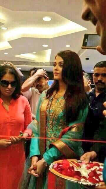 Bollywood Star Aishwarya Rai Spotted In Surat Today To Inaugurate Kalyan Jewelers Show Room