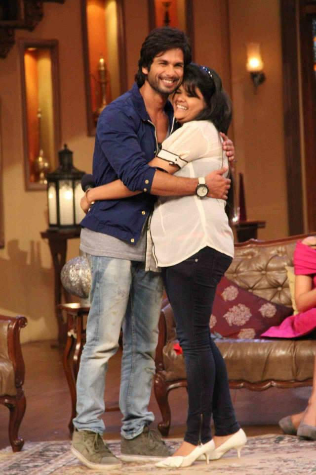 Shahid Kapoor Hugs A Fans On The Sets Of Comedy Nights With Kapil During The Promotion Of PPNH