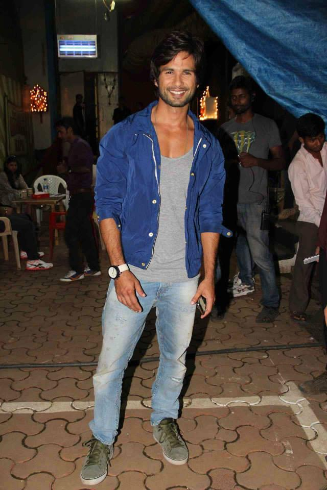 Shahid Kapoor Posed During The Promotion Of PPNH On The Sets Of Comedy Nights With Kapil