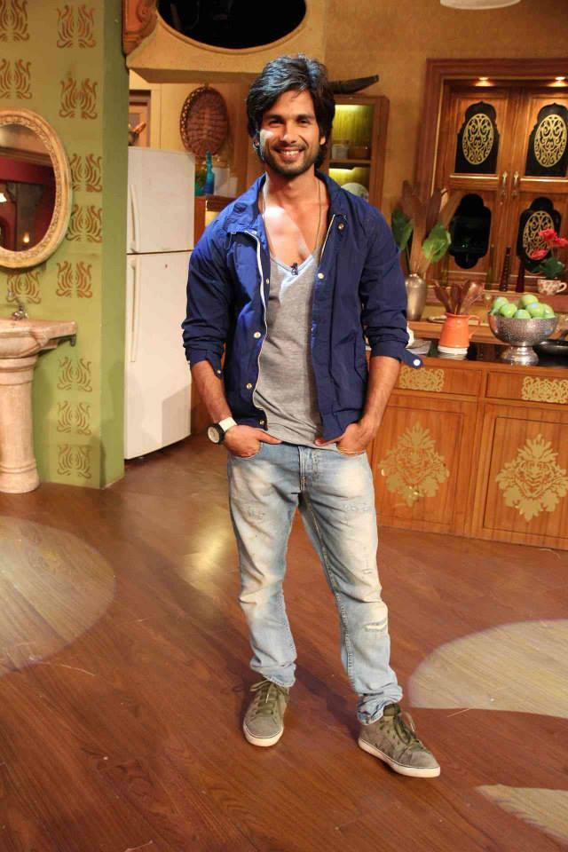 Shahid Kapoor Smiling Look On The Sets Of Comedy Nights With Kapil During The Promotion Of PPNH