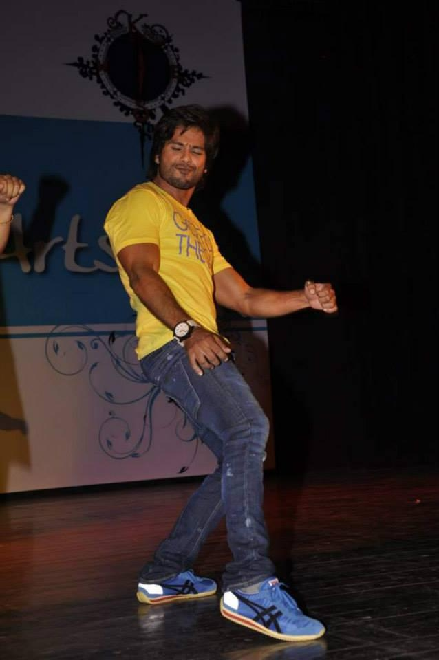 Shahid Kapoor Cool Performed During The Promotion Of PPNH Film At Sophia College Festival
