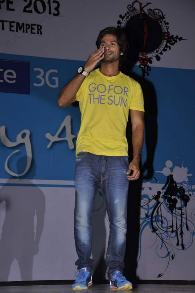 Shahid Kapoor Flies A Kiss At Sophia College Festival During The Promotion Of PPNH Film