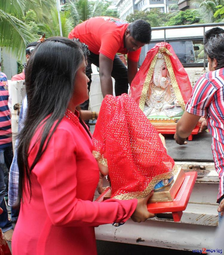 Arpita Khan With A Ganesh Idol At Her Ganpati Celebrations 2013