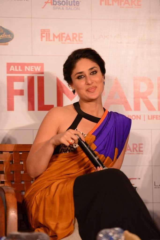 Kareena Sweet Smile Pic At Launch Of Filmfare September 2013 Issue In Mumbai