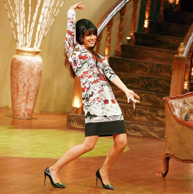 Priyanka Chopra Dancing Shammi Kapoor Style On The Sets Of Comedy Nights With Kapil