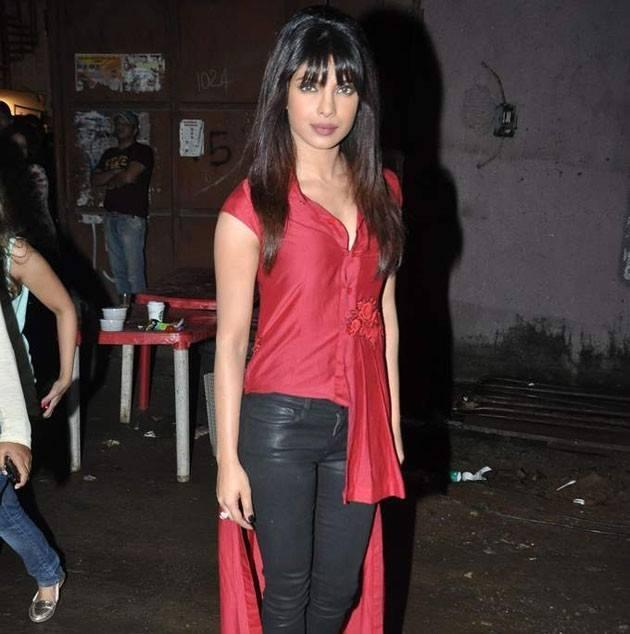 Priyanka Chopra Glamour Look On The Sets Of Comedy Nights With Kapil