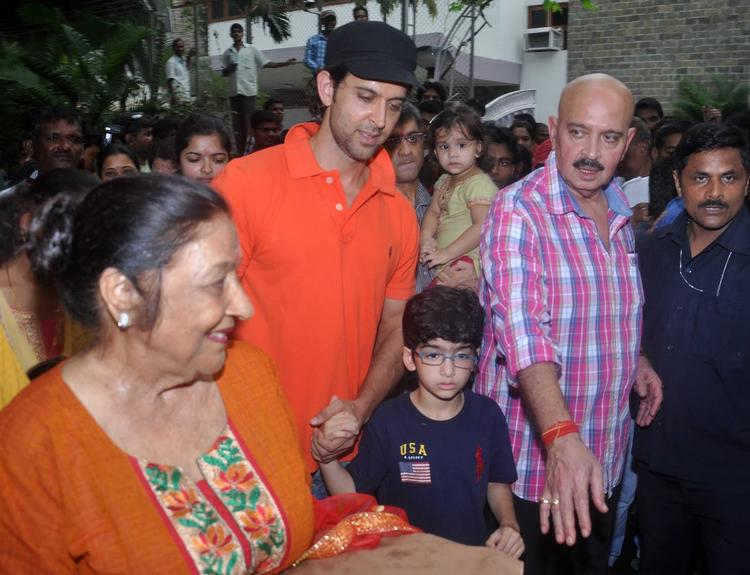 Hrithik Along With His Dad Rakesh And Kids Hrehaan and Hridhaan Were Spotted At Their Ganpati Visarjan