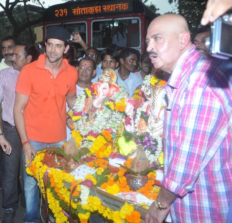 Hrithik With Dad Rakesh During Visarjan Lord Ganpati