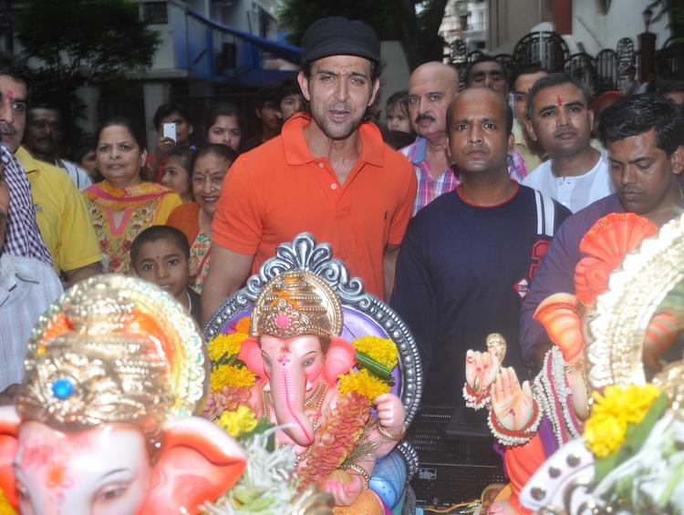 Hrithik Roshan With His Father Rakesh Roshan Celebrates Ganesh Visarjan 2013