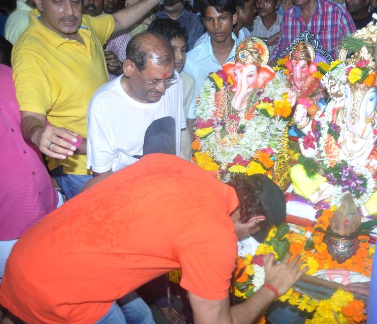 Hrithik Roshan Seeking Blessing From Lord Ganesh During Ganpati Visarjan