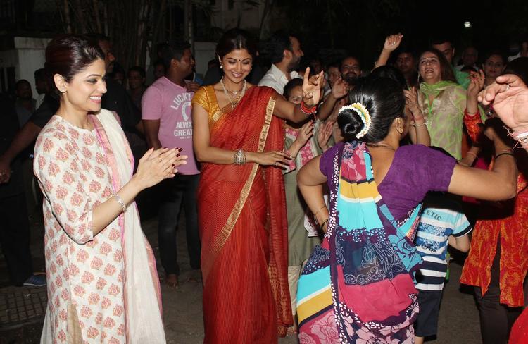 Shilpa And Shamita Cool Danced At Shilpa Shetty's Ganesha Visarjan Procession