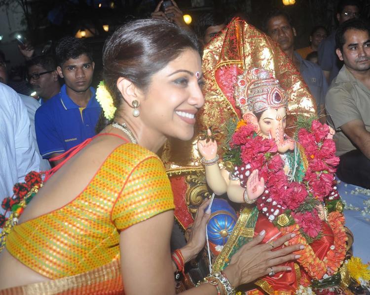 Shilpa Shetty Smiling Pose With Ganesh Idol At Her Ganesha Visarjan Procession