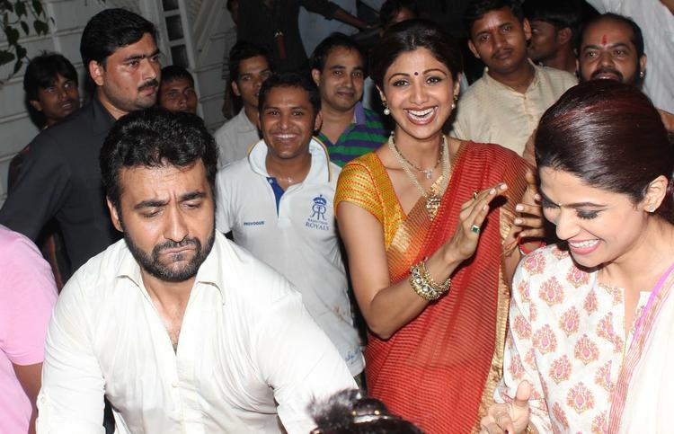 Shilpa,Raj And Shamita Cool Smiling At Their Ganapati Visarjan Procession