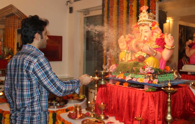 Tusshar Kapoor Doing Aarati During The Ganesh Chaturthi At His Residence