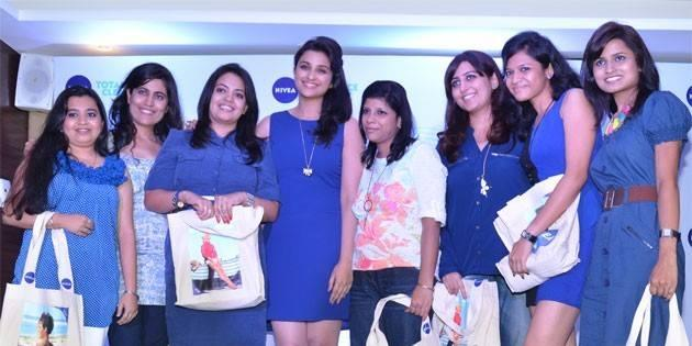 Parineeti Chopra Posed With Fans At Nivea Meet And Greet Event 2013