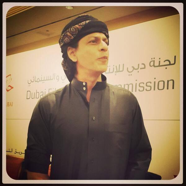 SRK Stunning Look In Black Kandoura At The Happy New Year Press Conference In Dubai