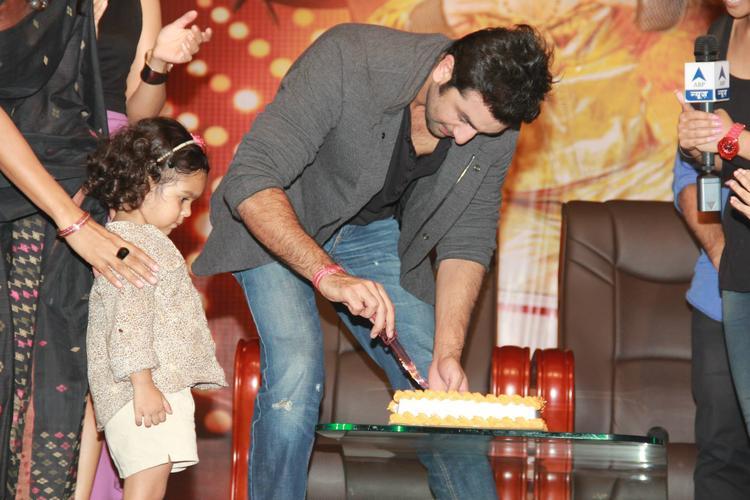 Ranbir Kapoor Cuts The Cake During The Promotion Of Besharam At Jalandhar