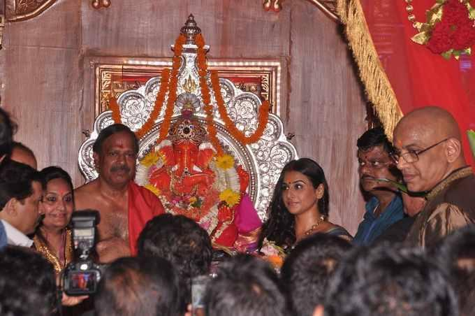 Vidya Balan Seeking Blessings At Siddhivinayak Temple In Mumbai