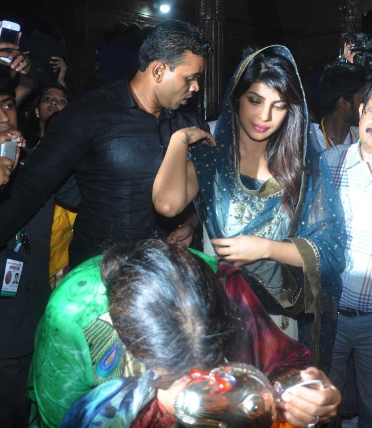 Priyanka Chopra Nice Look At Ganapati Andheri Cha Raja 2013