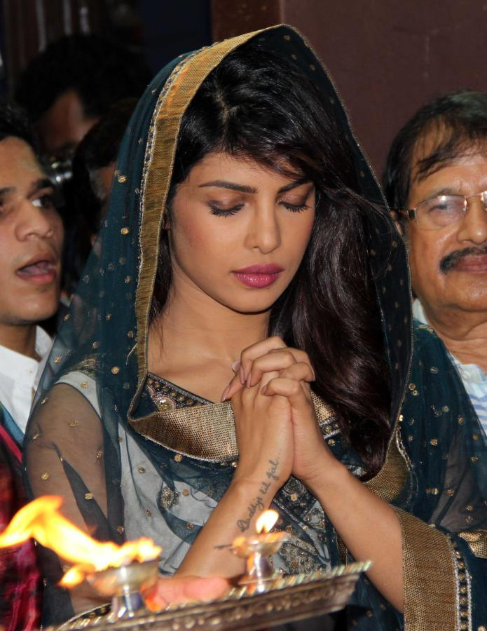 Priyanka Chopra Offers Prayers At Ganapati Andheri Cha Raja 2013