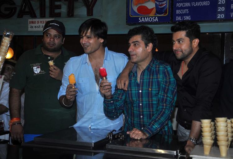 Vivek And Aftab Visits Gaiety Galaxy For Promoting Grand Masti Movie