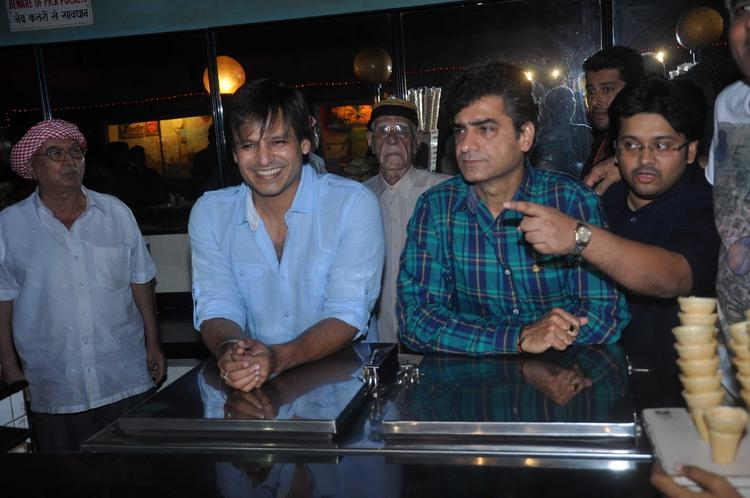 Vivek Oberoi Flashes Smile At Grand Masti Promotion In Gaiety Galaxy