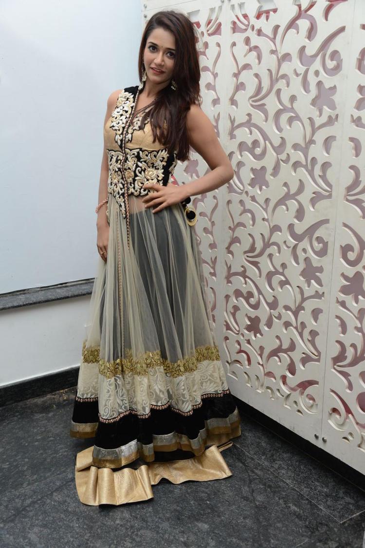 Anaika Pose For Photoshoot At Satya 2 Movie Audio Release Function