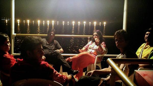 Farah,Shahrukh And Others Are Cool Chatting On The Sets Of Happy New Year In Dubai
