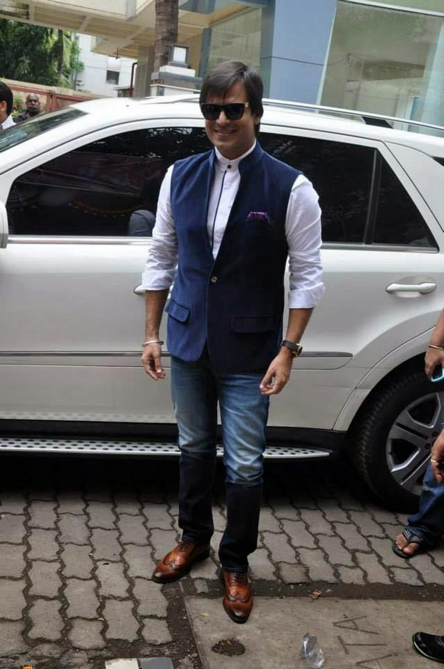 Vivek Oberio Snapped At A Ganesha Pandal For Krrish 3 Music Launch