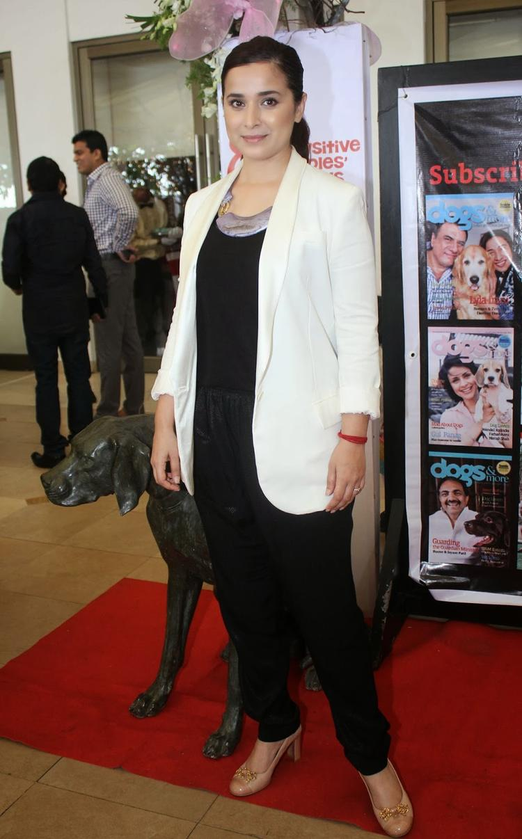Simone Singh Cute Face Look At Pawsitive People's Awards 2013 For Dog Lovers