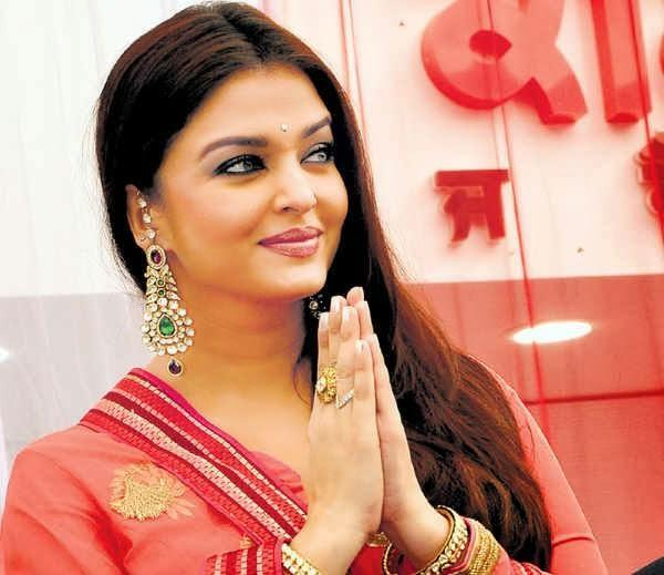Aishwarya Greets The Fans During The 52nd Store Of Kalyan Jewellers Launching Event