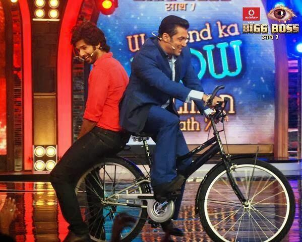 Shahid And Salman Rocking With A Cycle During The Promotion Of PPNH On The Sets Of Bigg Boss 7 Session