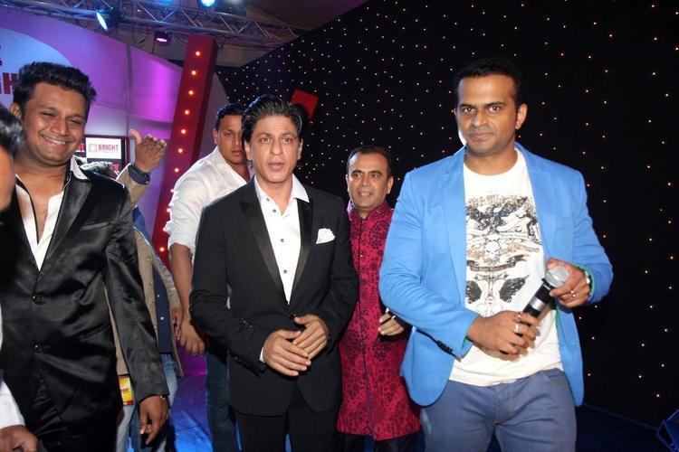 SRK And Manoj Bajpai Posed For Camera At Yogesh Lakhani's Birthday Bash 2013