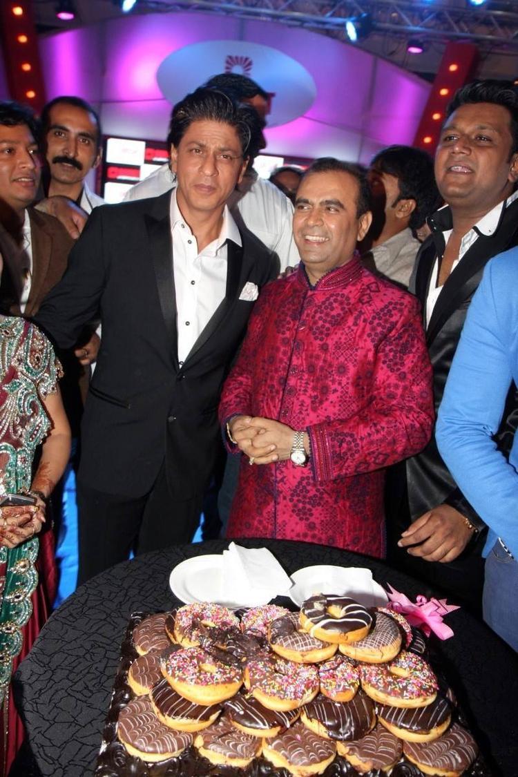 SRK And Yogesh Clicked During Yogesh Lakhani's Birthday Bash 2013