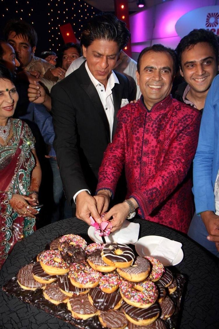 SRK And Yogesh Cut The Cake During Yogesh Lakhani's Birthday Bash 2013