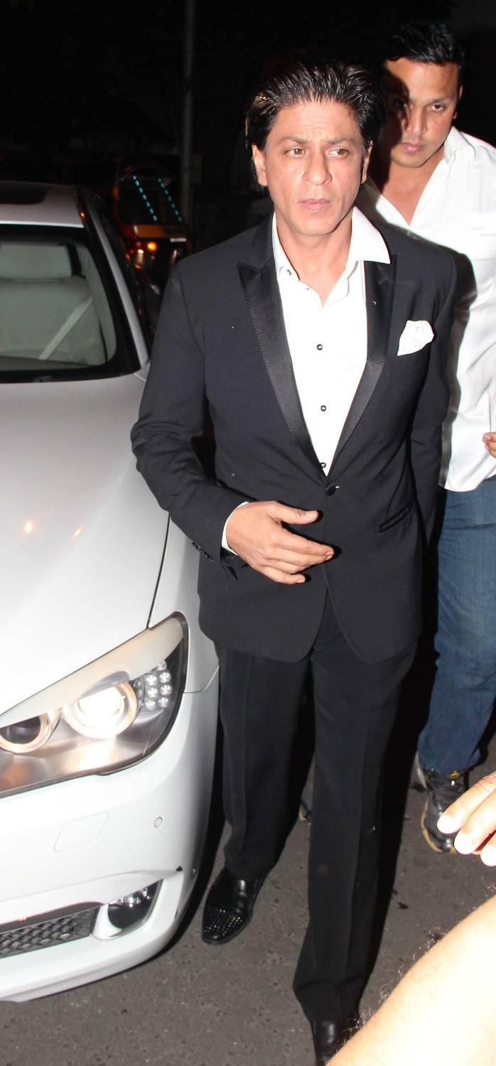 SRK Dazzling Dappers Look In Suit At Yogesh Lakhani's Birthday Bash 2013