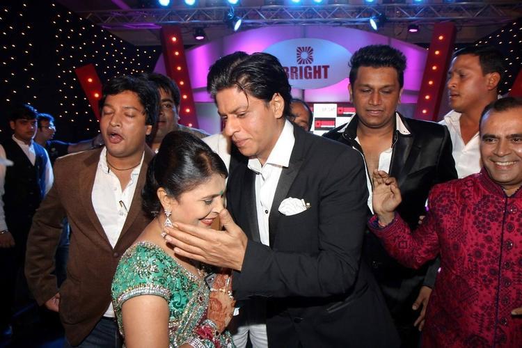 SRK Greets Yogesh's Wife And Yogesh Smiling Look At Yogesh Lakhani's Birthday Bash 2013