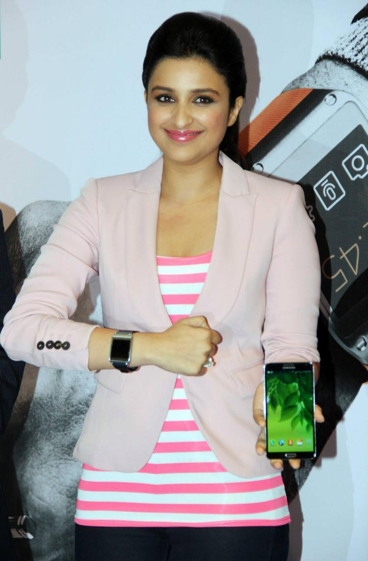 Parineeti Unveiled Samsung's Flagship Gadgets Galaxy Note 3