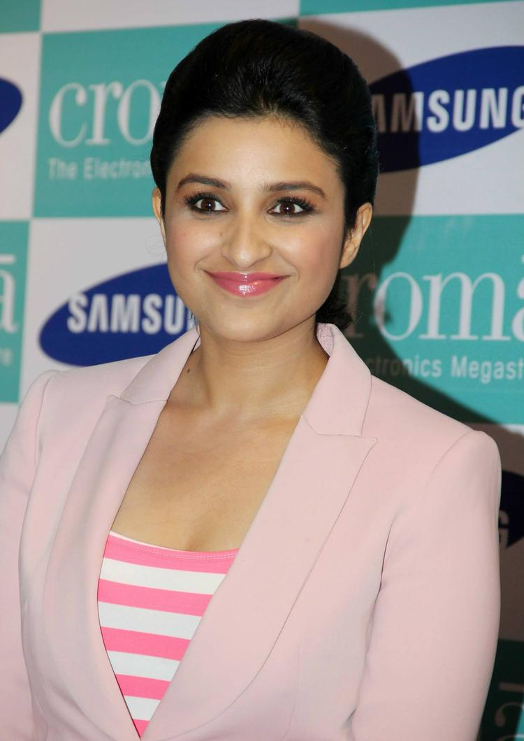 Stunning Parineeti Chopra Cool Smiling Look At Samsung Galaxy Note 3 Launch Event